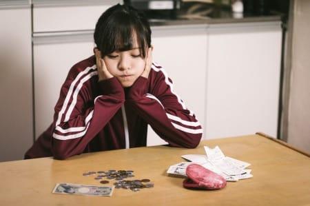 お金が足りない女子学生